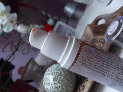 Rozjasňujúci podkladový fluid soaphoria