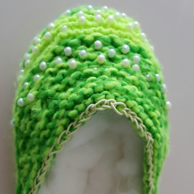 ...calçado com pérolas/bolinha/bolinhas... confeccionado em tricô