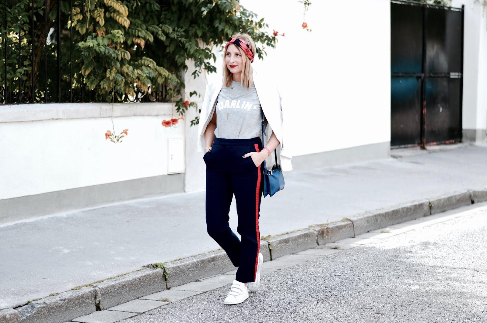 look automne : look féminin / masculin - teeshirt message - pantalon jogging - veste costard - basket blanche - headband