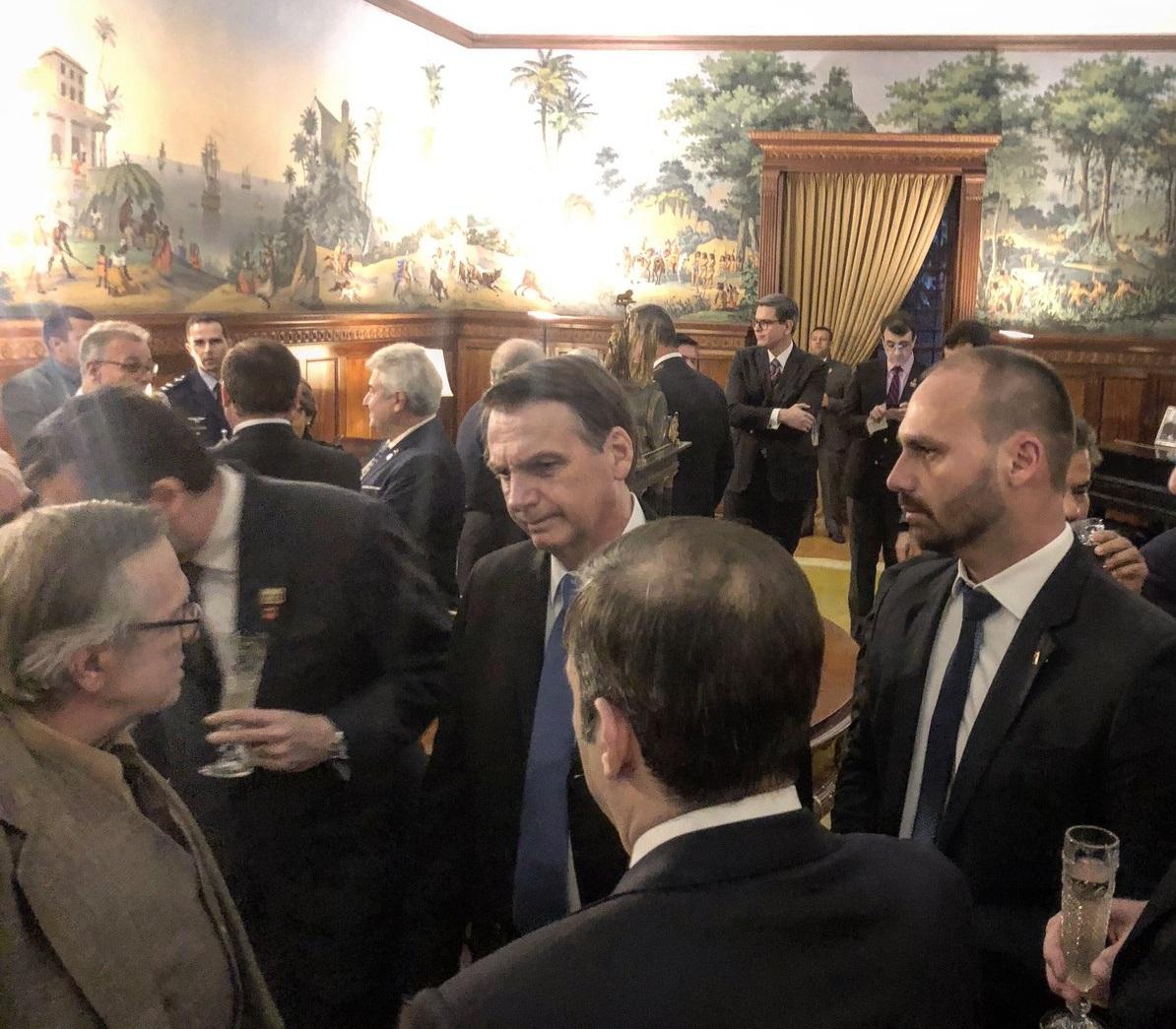 Bolsonaro y De Carvalho reunidos en la embajada de Brasil en Washington / TWITTER