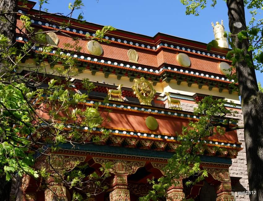 """Символ буддизма - колесо """"Учения"""" и две лани"""