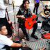 Quieren impedir niños de la calle aprendan a tocar guitarra