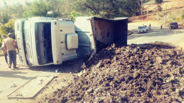Caminhão carregado de esterco tomba em rodovia Laranja da Terra