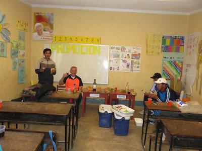 """der Altar im Klassenzimmer wurde zum Mittagstisch ... der """"kranke"""" Ministrant hatte wieder guten Hunger"""