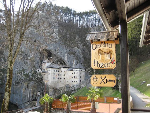 www.fertilmente.com.br - Hoje a cidade esta muito integrada ao castelo de predjama, que fornece um ponto turístico sem igual para a região de Inner Carniola