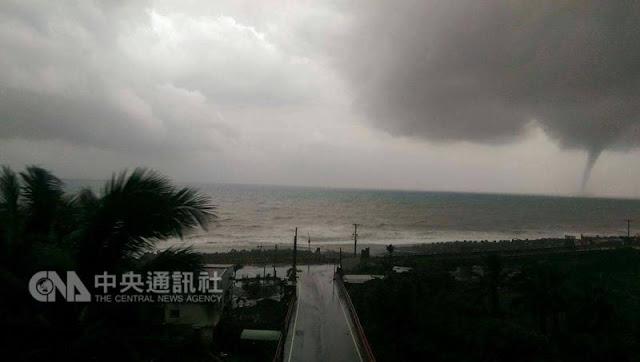 Pusaran Badai Terlihat Di Laut Taitung Taiwan Seperti Puting Beliung, Mengerikan