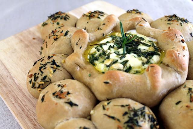 Fondue de queso camembert con pan de ajo y especias
