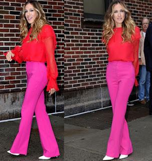 Immagine di Sarah Jessica Parke con look rosso e rosa