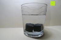 """Würfel in Wasserglas: Amazy """"Onyx"""" Eiswürfel – Die wiederverwendbaren Eiswürfel aus vulkanischem Gesteinsglas"""