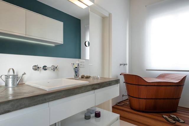 Banheiro-com-banheira-de-apoio-tipo-ofurô