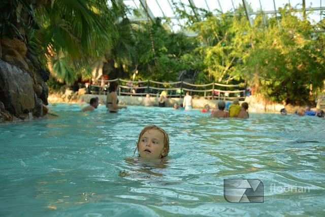 Zjeżdżalnie, ślizgawki, rwący potok, błękitne laguny, wodospady i wielki basen Aqua Mundo w Bispinger w Niemczech