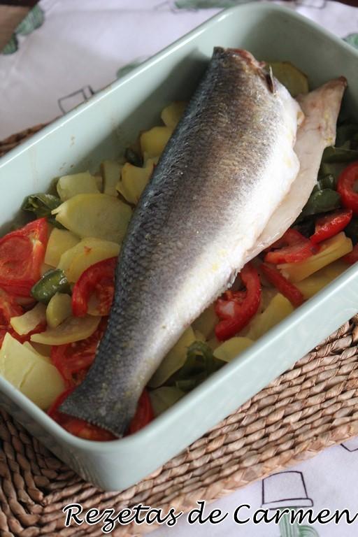 Lubina al horno con patatas y tomates