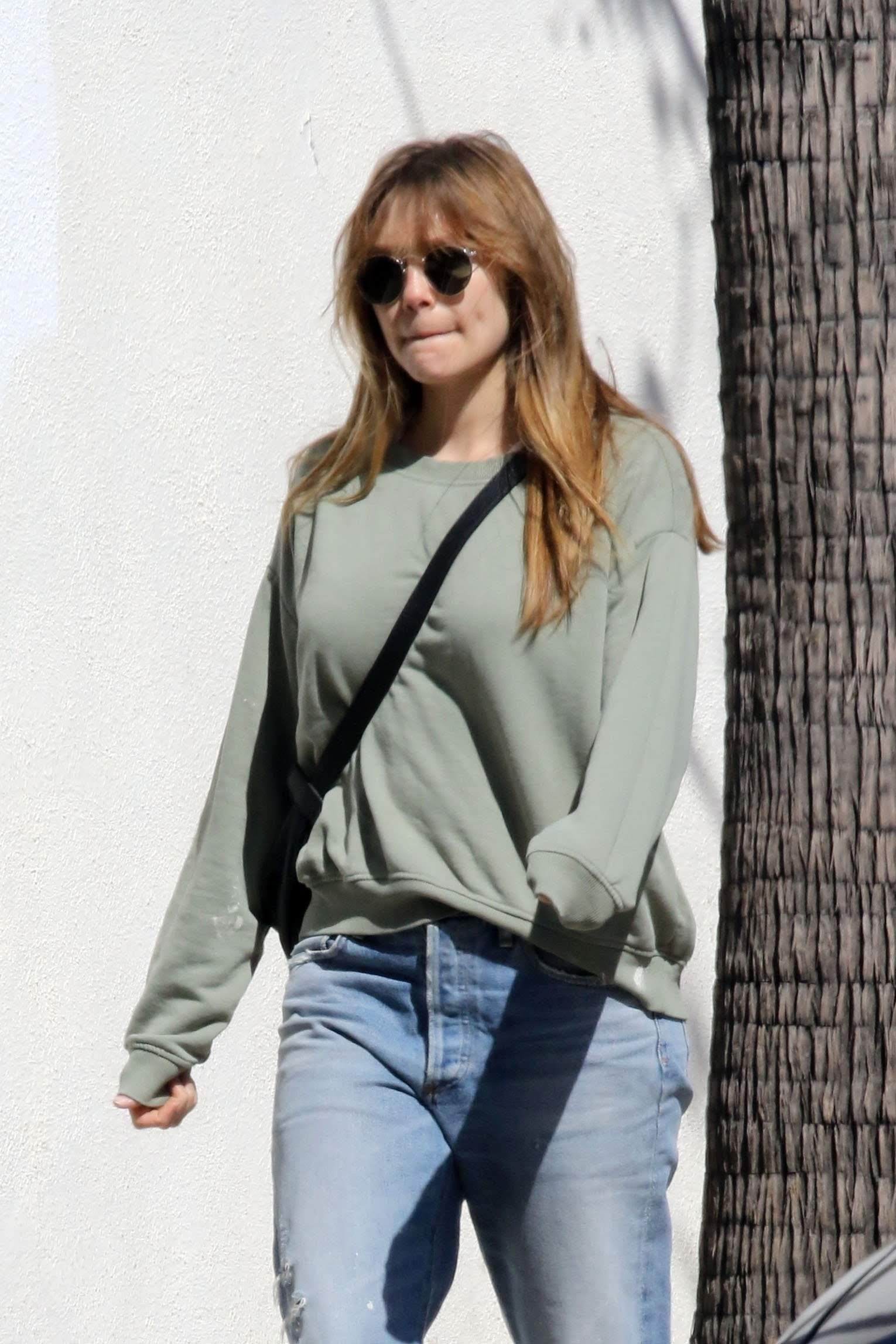 Elizabeth Olsen goes to Joans on Third in Studio City : ジョーンズ・オン・サードにお出かけのエリザベス・オルセン ! !