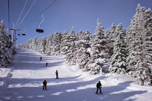 Suasana saat bermain ski