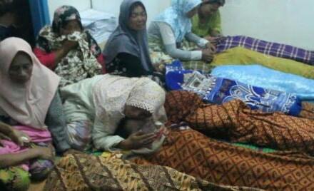 Keluarga menangisi jenazah korban banjir bandang di Madina yang menewaskan 11 siswa.