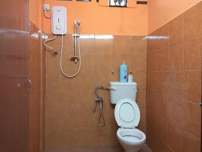 kamar mandi He & She Hostel