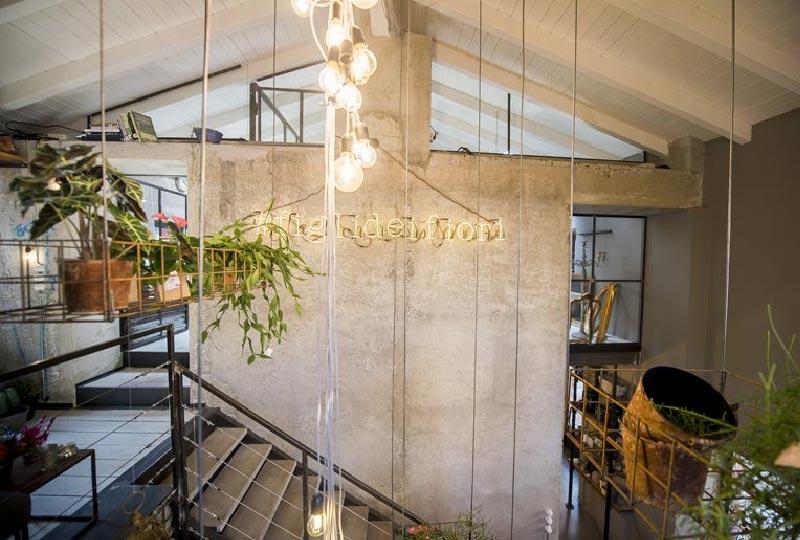 Un negozio di fiori con all'interno un Bistrot dallo stile ricercato