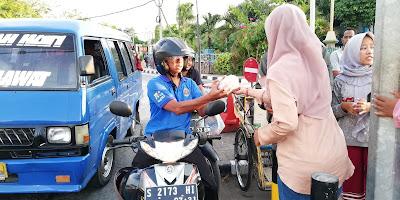 Para Staff RR Membagikan Takjil ke Para Pengguna Jalan