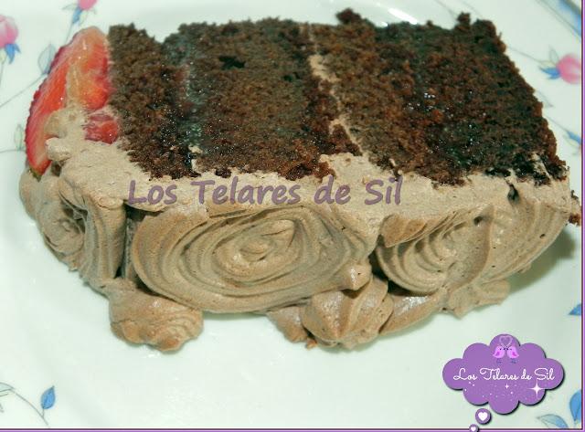 PASTEL DE CHOCOLATE CUBIERTO DE ROSAS DE TRUFA Y FRESAS