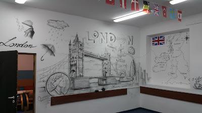 Mural w szkole, tematyczny mural w klasie językowej, jak urządzić klasę językową? ciekawy pomysł na mural w szkole, dekoracja sali języka angielskiego poprzez malowanie, inspiracje w urządzaniu klas językowych