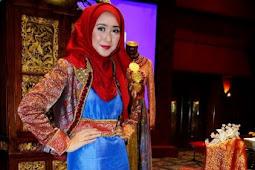 30+ Model Blazer Batik Wanita Masa Kini
