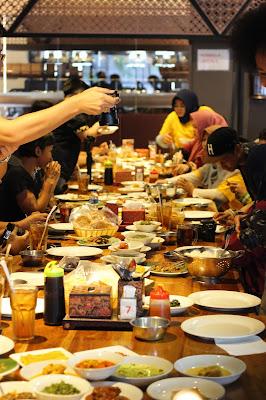 Food Blogger wajib foto sebelum makan