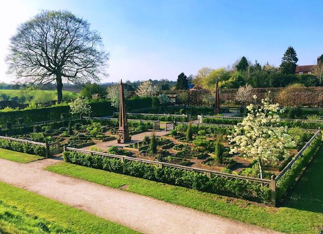 Kenilworth Castle & Elizabethan Gardens