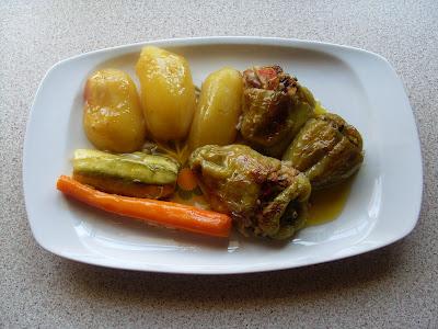 Πιατέλα με λαχταριστά γεμιστά με ρύζι και χανικά διάφορα και ολόκληρες καλοψημένς πατάτες στο φούρνο για συνοδευτικό