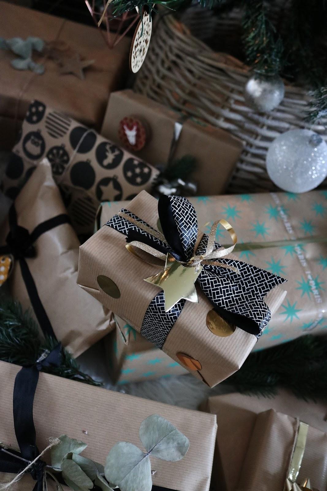 pauline-dress-besancon-noel-emballages-cadeaux-gift-christmas-2017-2018-kraft-nature-sapin-panier-garni-ruban-decore-etoile-dore-or-action-hema
