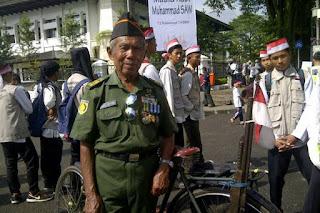 Dengan Bawa Sepeda Onthel, Bapak Veteran ini Curi Perhatian Peserta Milad Daarut Tauhid - Commando