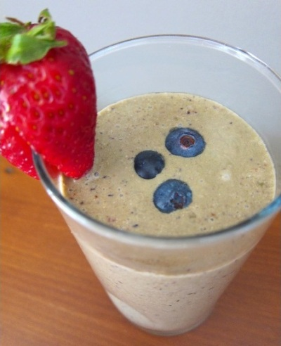 Glowing Skin Smoothie.  Bahan: santan kelapa, biji hemp, biji chia, goji berry, bubuk maca, blueberry, strawberry.