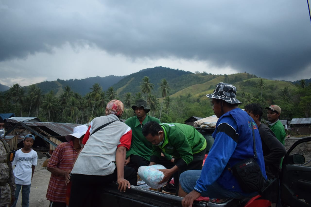 Lewati Medan Sulit Dan Hujan Deras, Relawan Salurkan Logistik Sampai Kaki Gunung