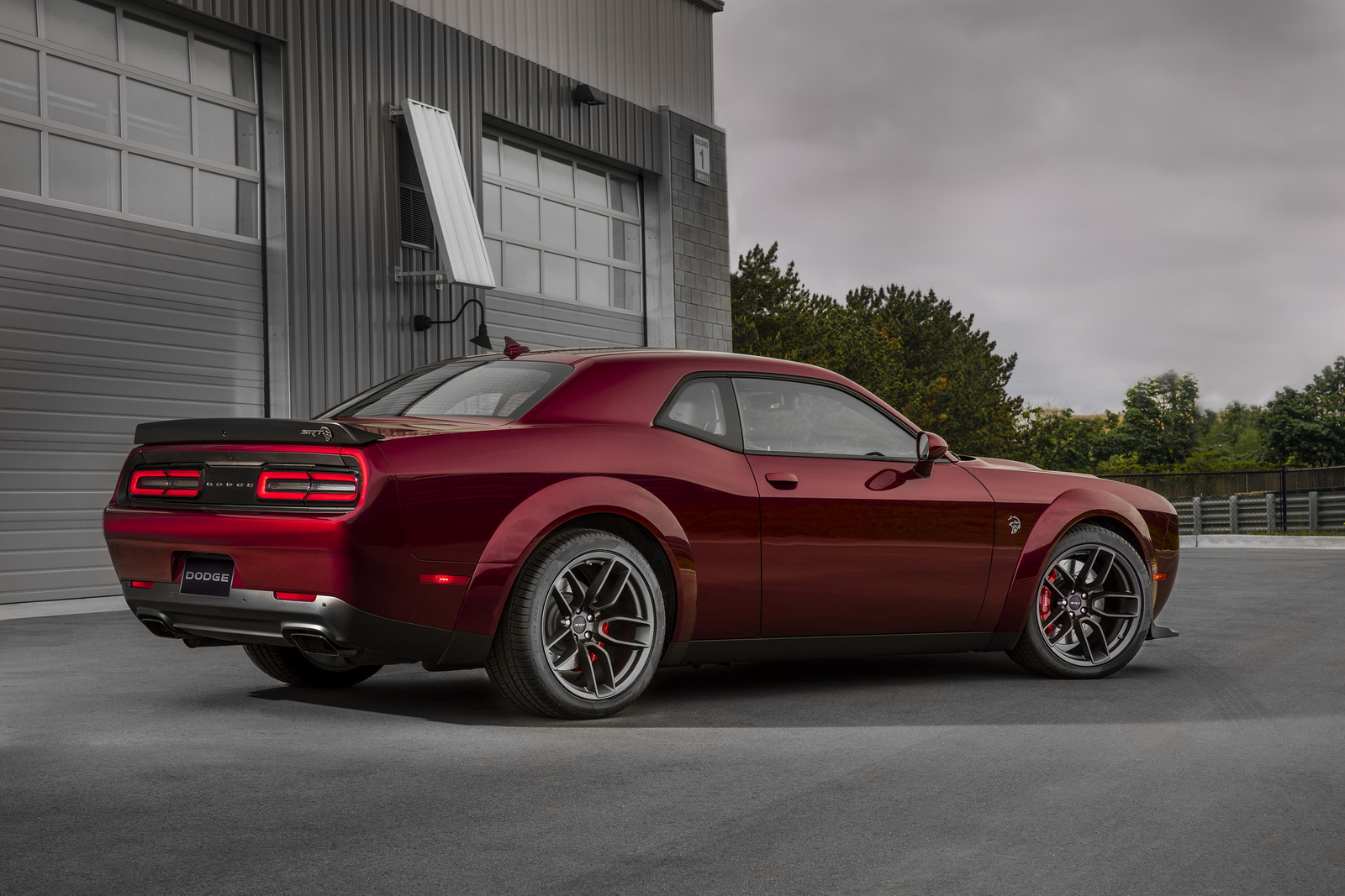dodge launches widebody option for 2018 challenger hellcat w video carscoops. Black Bedroom Furniture Sets. Home Design Ideas