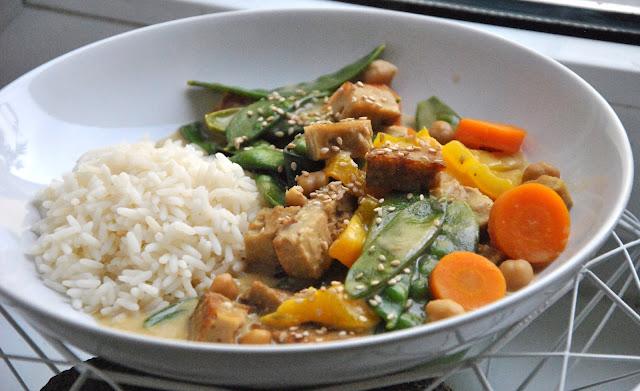 Grünes Curry mit Seitan, Kichererbsen, Karotten, Zuckerschoten und Paprika