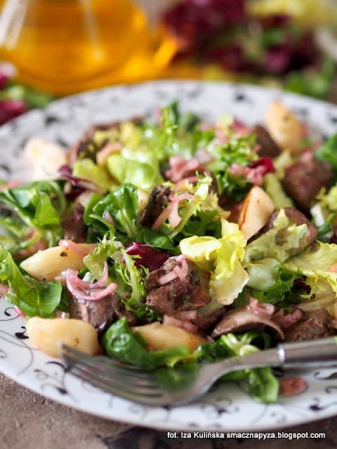 salata z kurza watrobka i jablkami, salatka na lunch, watrobka drobiowa na mieszance salat, salaty fit&easy, mieszanki chrupiacych salat