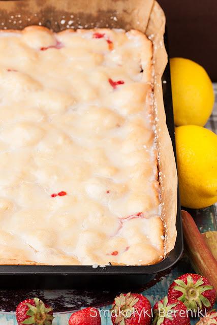 Ciasto cytrynowe z truskawkami i rabarbarem