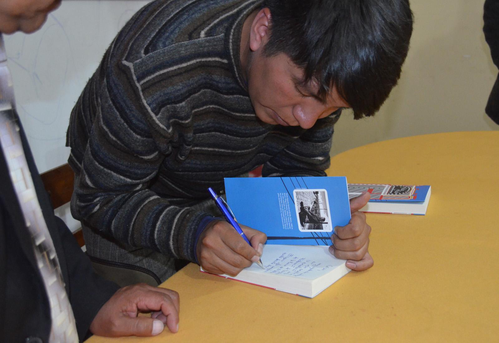 El compilador en la firma de los libros en la FSTPEA / ALBERTO MEDRANO