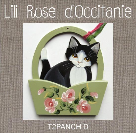 L'anse du panier sert de porte-fils, chat noir & panier vert à fleurs roses. Broderie et point de croix
