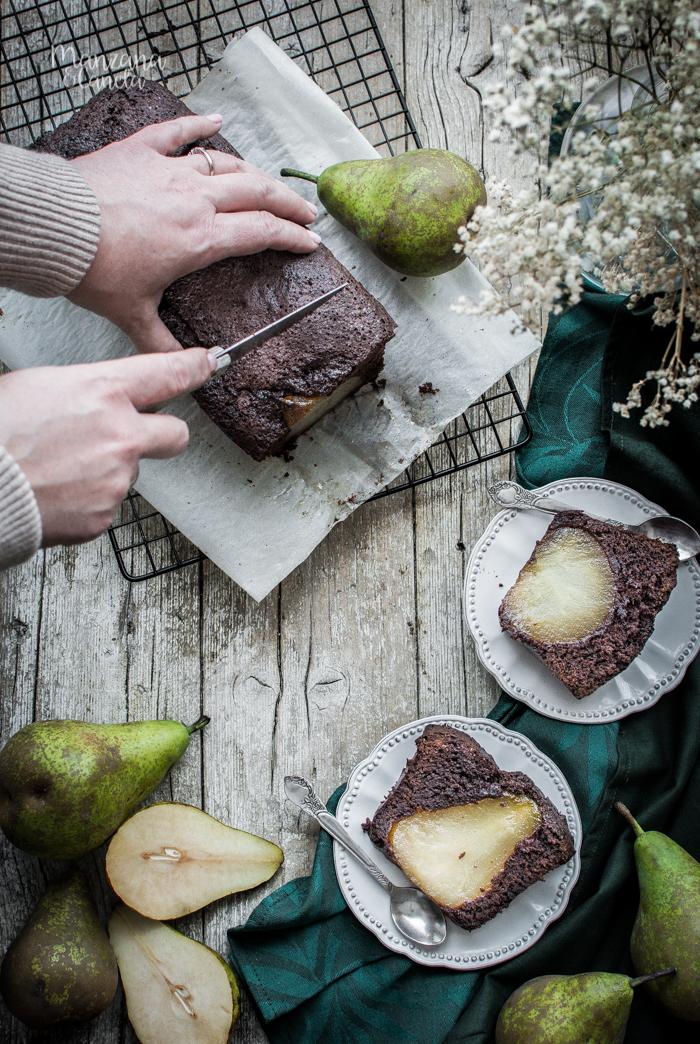 Bizcocho rústico de chocolate y peras en almíbar