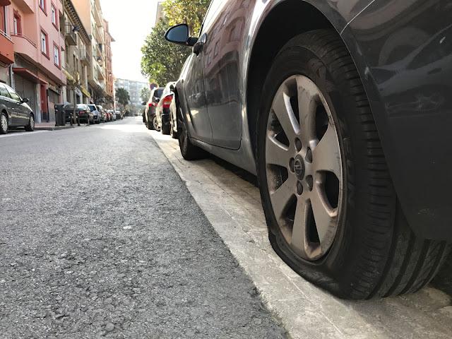 Coche con las ruedas pinchadas