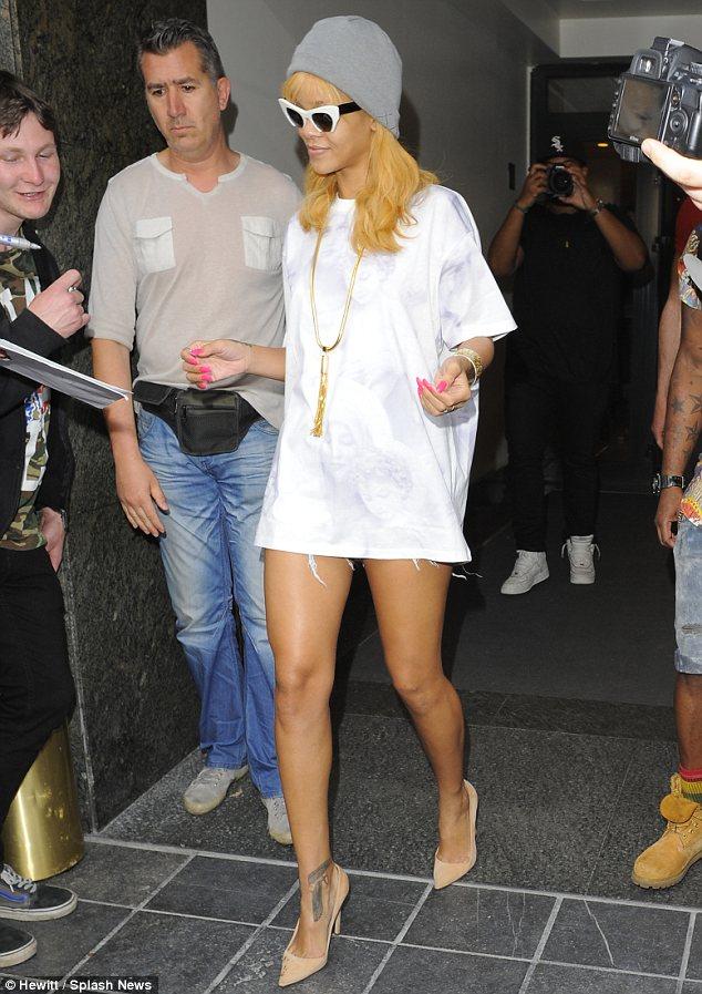 Troy Tashaz Blog: Rihanna wears a white T-shirt as a dress ...