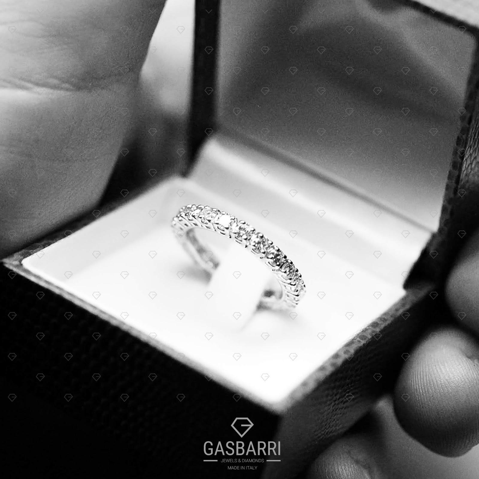6149ef9333 A molte donne possono non piacere gli orecchini, ad altre i ciondoli, a  molte non piacciono gli anelli troppo vistosi, come ad esempio i pavè di  diamanti, ...