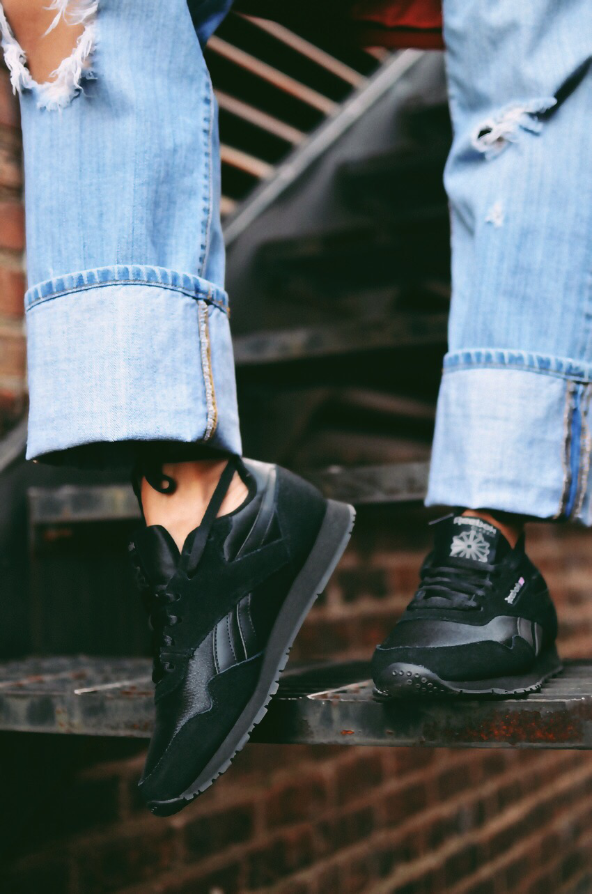 All black sneakers trend