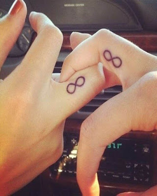 tatuaje de pareja infinito en los dedos