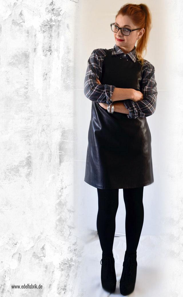 Schwarzes Lederminikleid mit Karohemd und hohen Schuhen, Look, die Edelfabrik