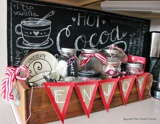 hot chocolate bar, chalkboard sign, hot cocoa sign, banner, burlap, old drawer, https://goo.gl/U8dcWx