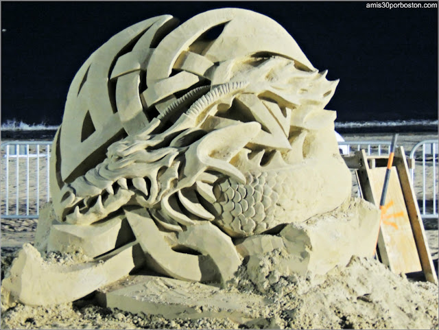 Esculturas de Arena de Revere Beach: The Sand with the Dragon Tatto de Steve Topazio