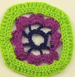 http://lasmanualidades.imujer.com/6777/patron-de-cuadrado-de-crochet-con-flor