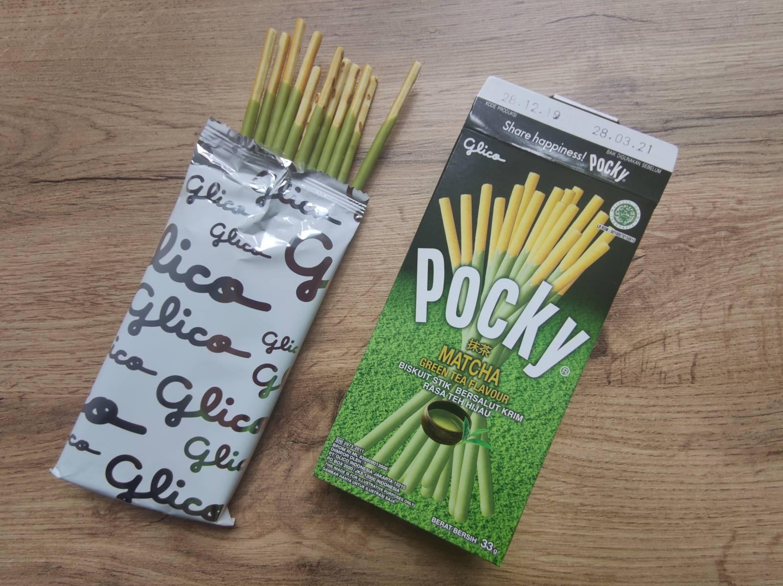 Otwarte opakowanie Pocky o smaku zielonej herbaty Matcha oraz wyglad paluszków