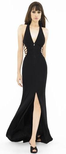 Vestido negro de sirena con abertura en la parte inferior que deja mostrar las piernas